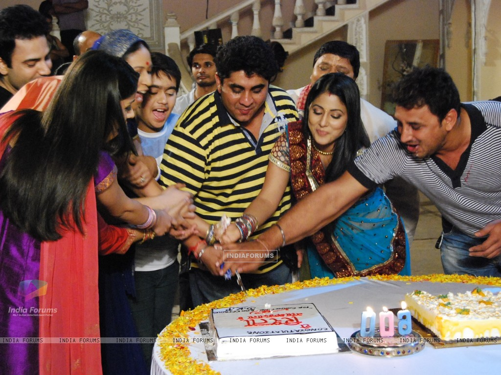 Cake Cutting of Ye Rishta Kya Kehlata Hai for completing 600 episodes (131011) size:1024x768