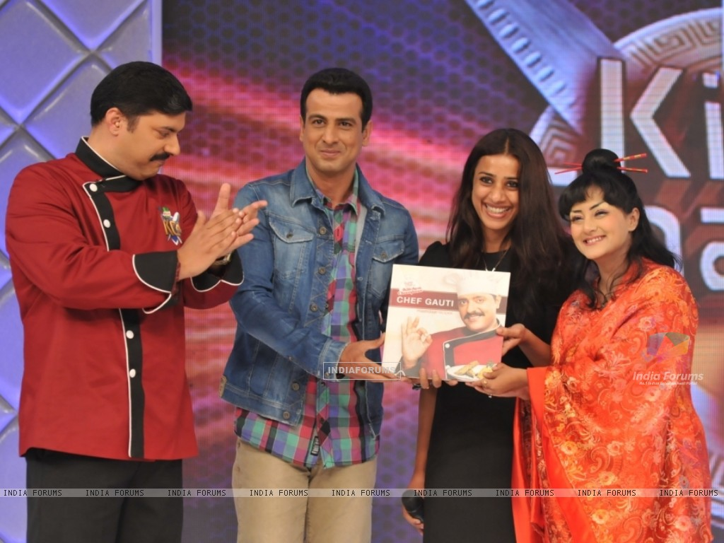 Chef Gauti, Ronit Roy, Ashvini Yardi and Smita Singh at the Kitchen Champion book launch (135168) size:1024x768