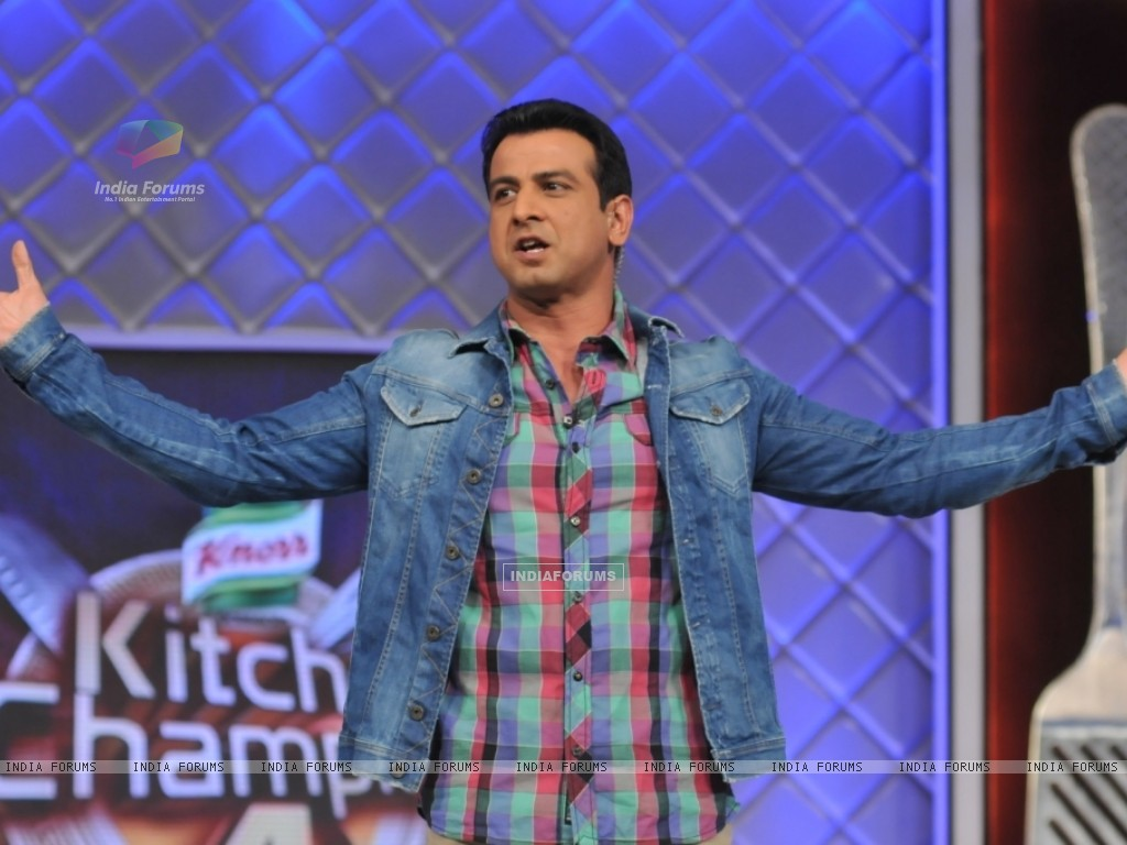 Host Ronit Roy at launch of Kitchen Champion 4 (135172) size:1024x768