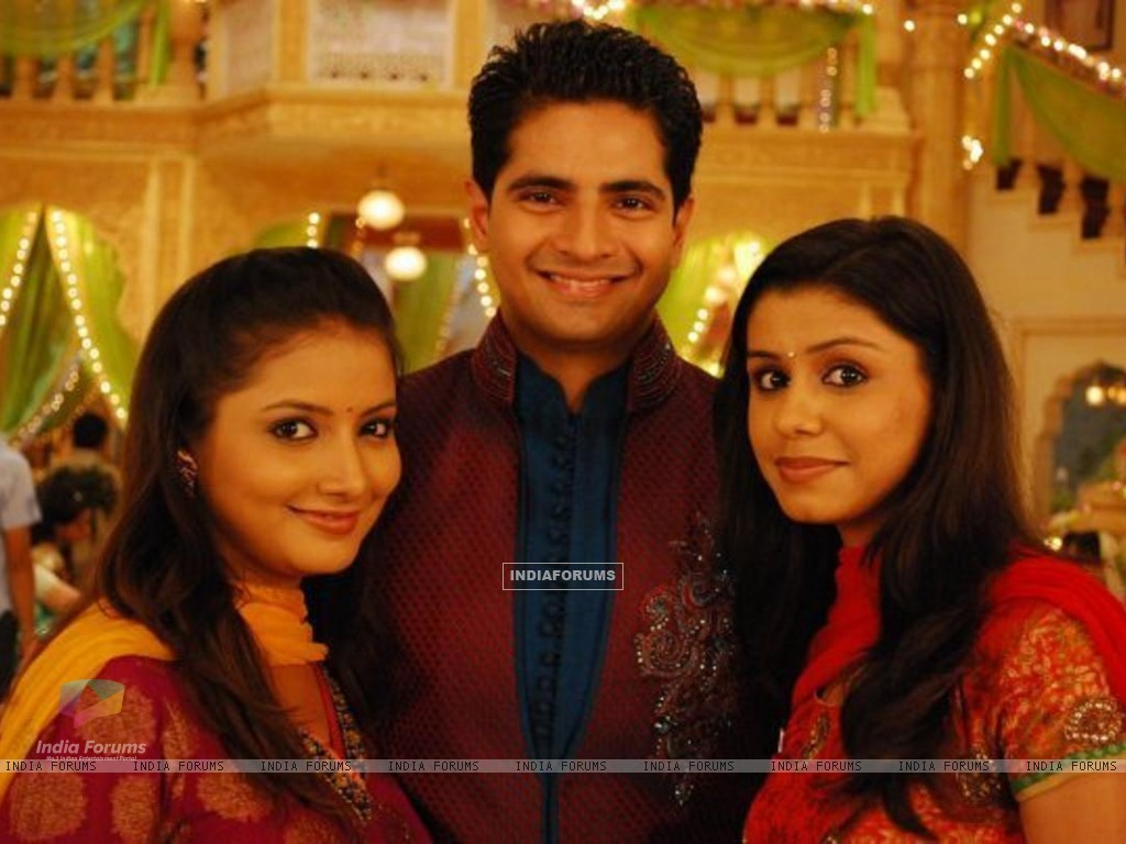 Naitik with his sisters Rashmi and Nandini (150868) size:1024x768