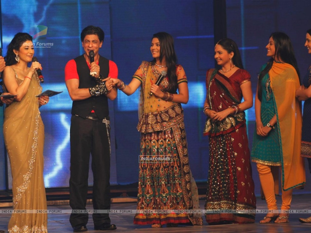 Shah Rukh with Ragini Khanna, Giaa Manek, Pooja Gor and Sanaya Irani at Ra.One music launch (158694) size:1024x768