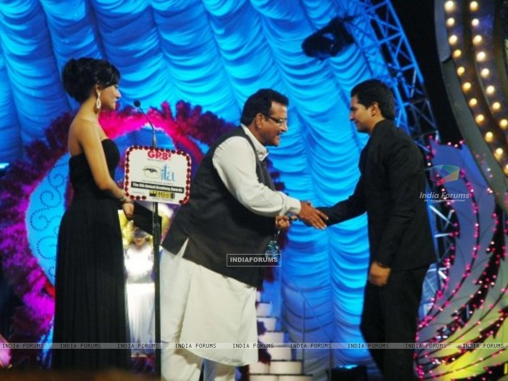 Karan Mehra receiving ITA award for popular actor (164021) size:1024x768