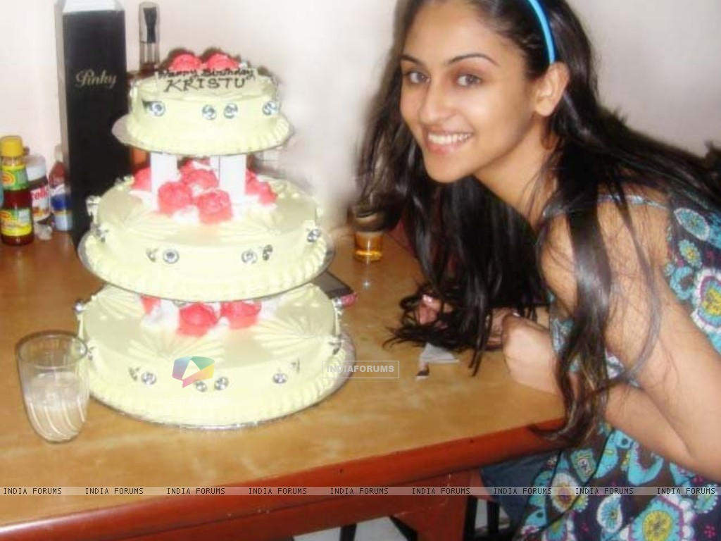 Krystle Dsouza celebrating birthday (164708) size:1024x768