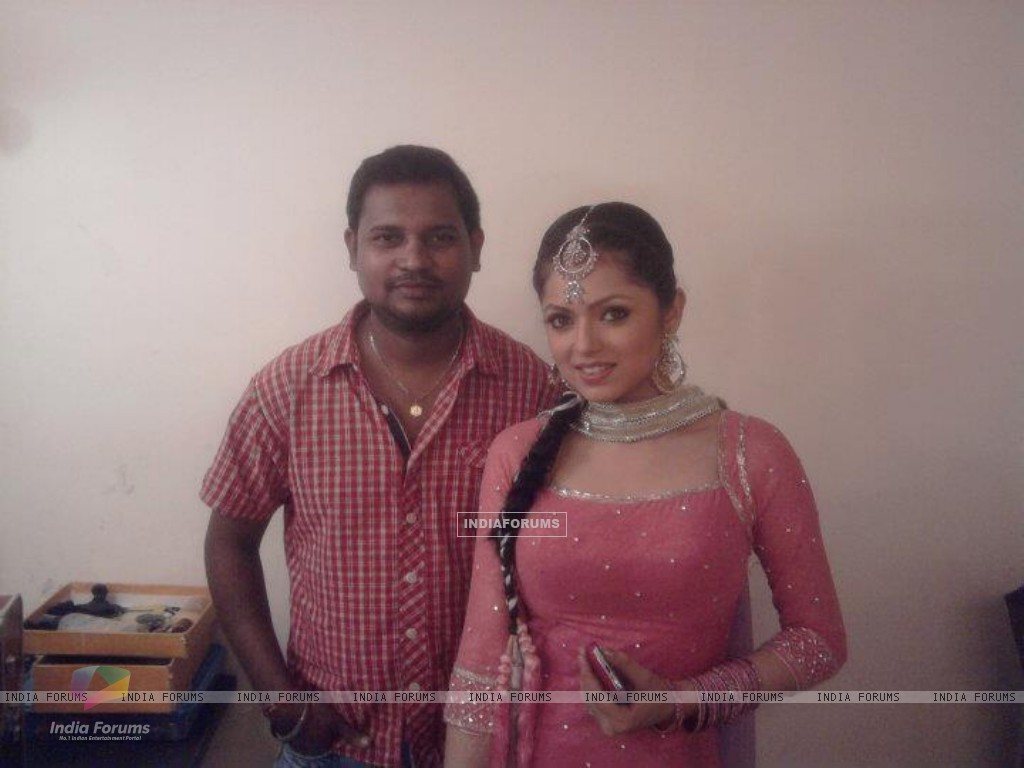 Drashti Dhami with crew member during Geet Hui Sabse Parayi shooting (166647) size:1024x768