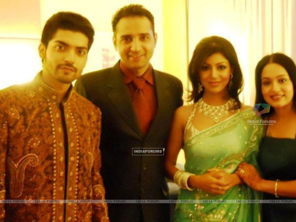 Gurmeet & Debina Choudhary With Friends (170596) size:1024x768