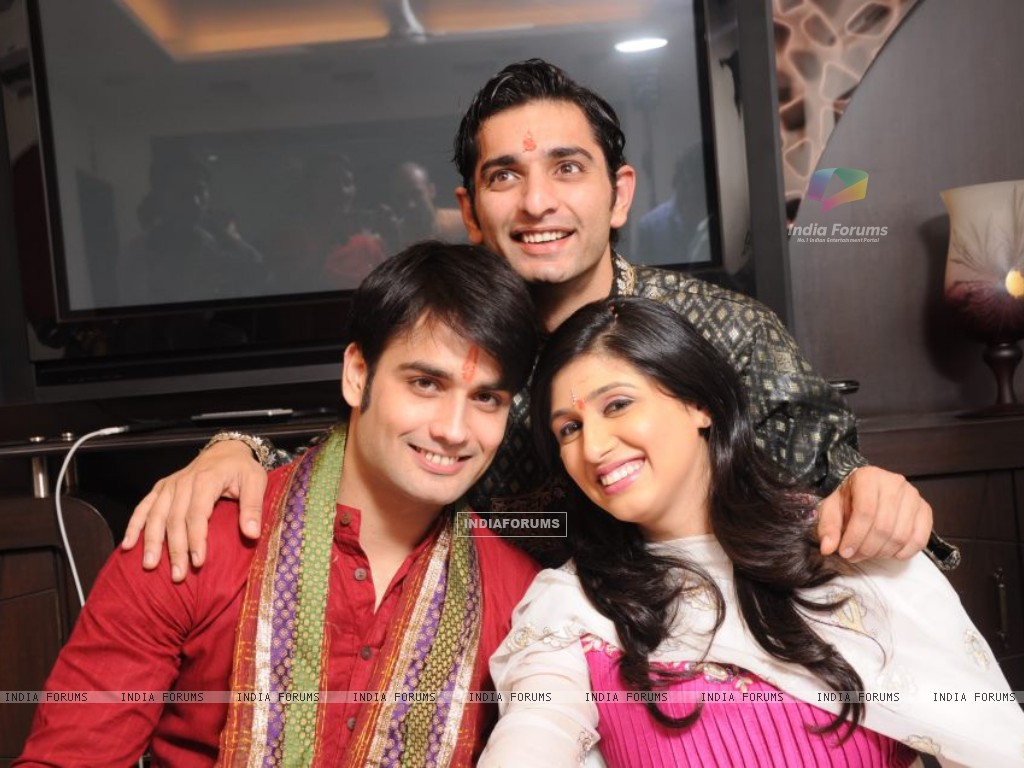 Vivian and Vahbiz with Siddharth (171032) size:1024x768