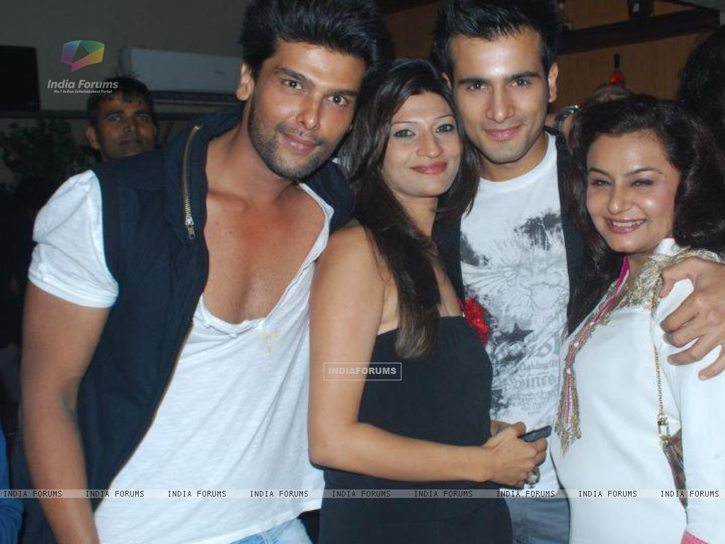 Karan Tacker , Kushal Tandon and Divyajyotee Sharma at Ek Hazaron Mein Meri Behna Hai launch party (172789) size:1024x768