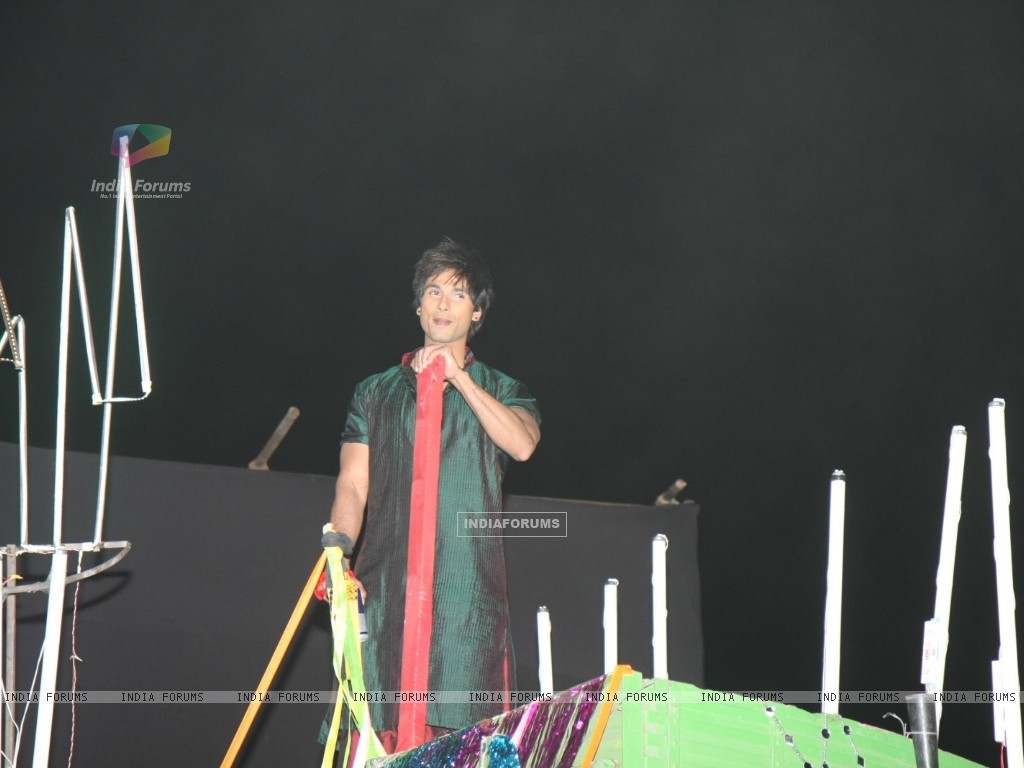 Shahid's dance act on truck at 18th Annual Colors Screen Awards at MMRDA Grounds in Mumbai (179324) size:1024x768