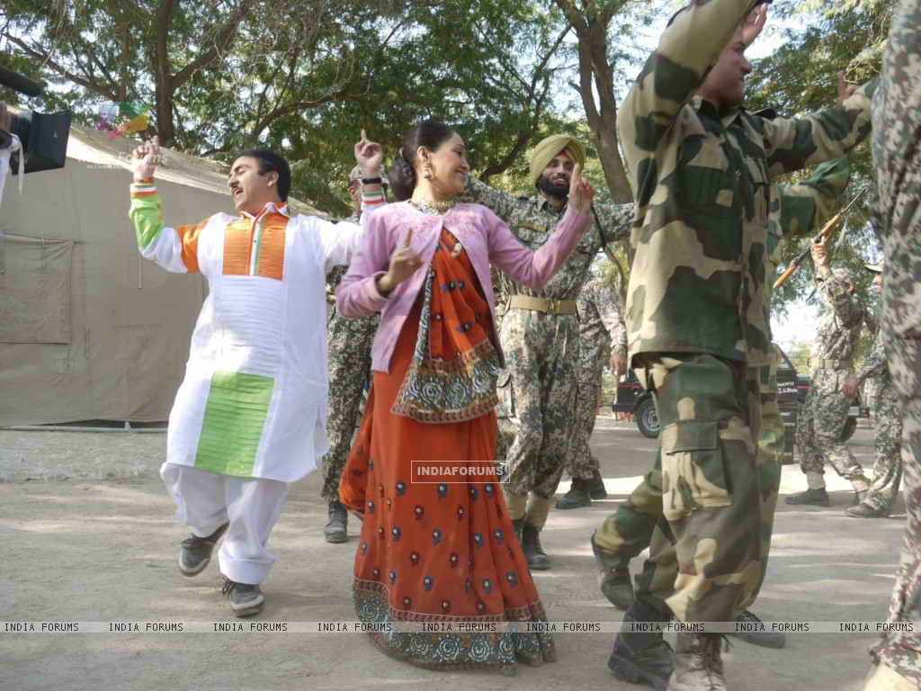 Dilip Joshi & Disha Wakani at Kutch celebrating Republic Day in tv show Taarak Mehta Ka Ooltah Chash (180989) size:1024x768