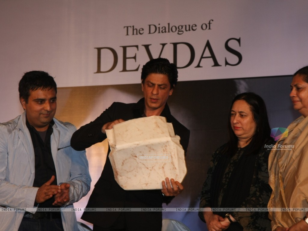 Shah Rukh Khan at Launch of Devdas dialogue book at Mehboob Studios in Bandra, Mumbai (183619) size:1024x768