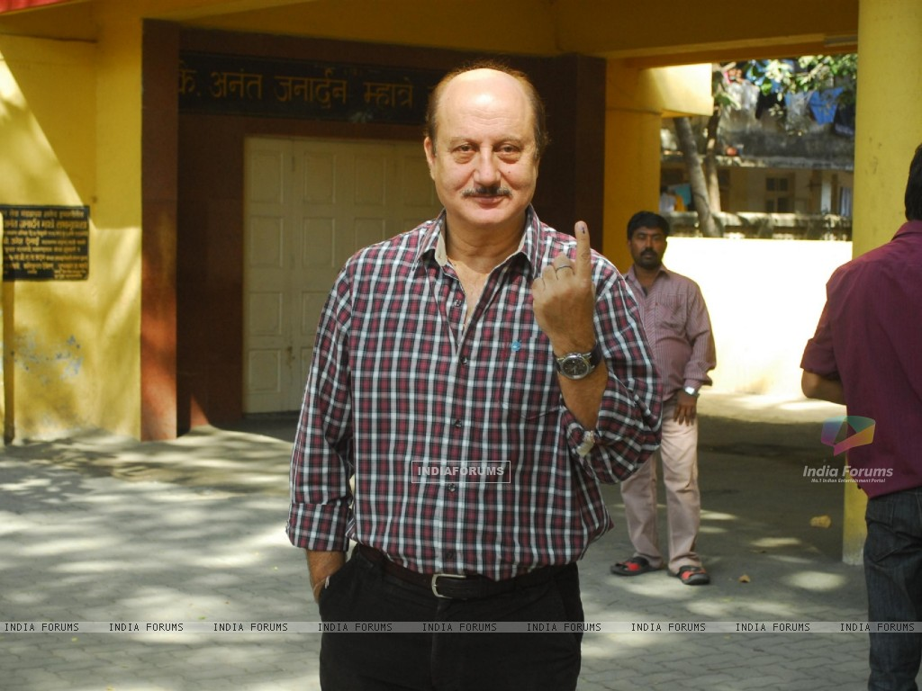 Celebs at voting for BMC elections in Mumbai (183764) size:1024x768