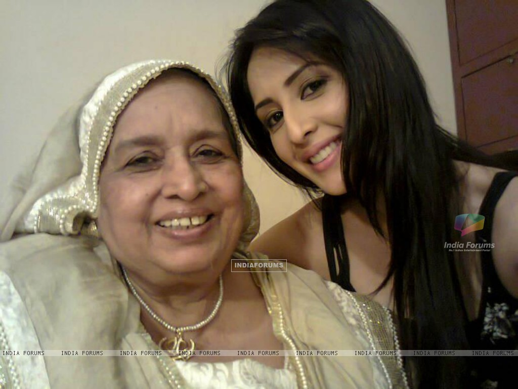 Ayesha and Dadi on the sets (191453) size:1024x768