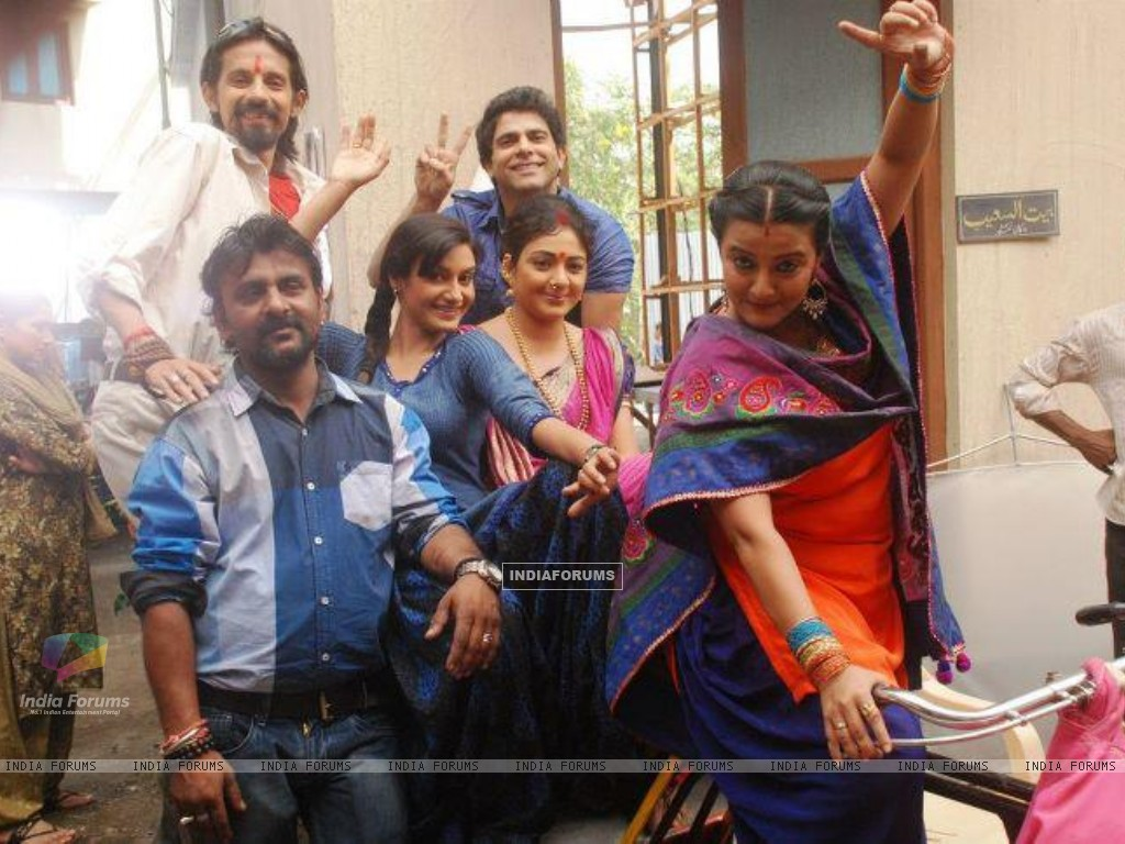 Rati Pandey offscreen photo from Hitler didi set with co-stars (197347) size:1024x768