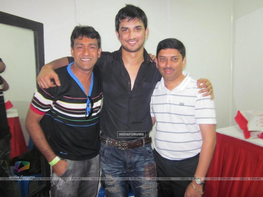 Sushant Singh Rajput With Event Managers At Bengluru Ganesh Utsav (197605) size:1024x768