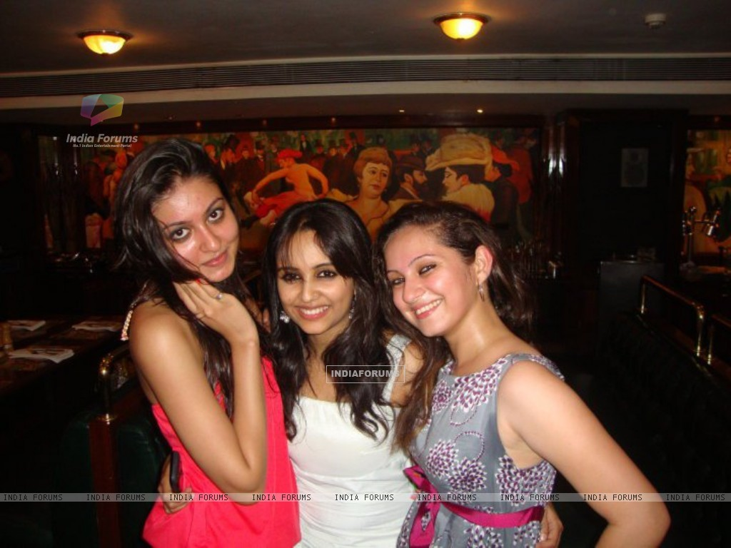 Aditi Tailing and Lavina Tandon at party (198572) size:1024x768