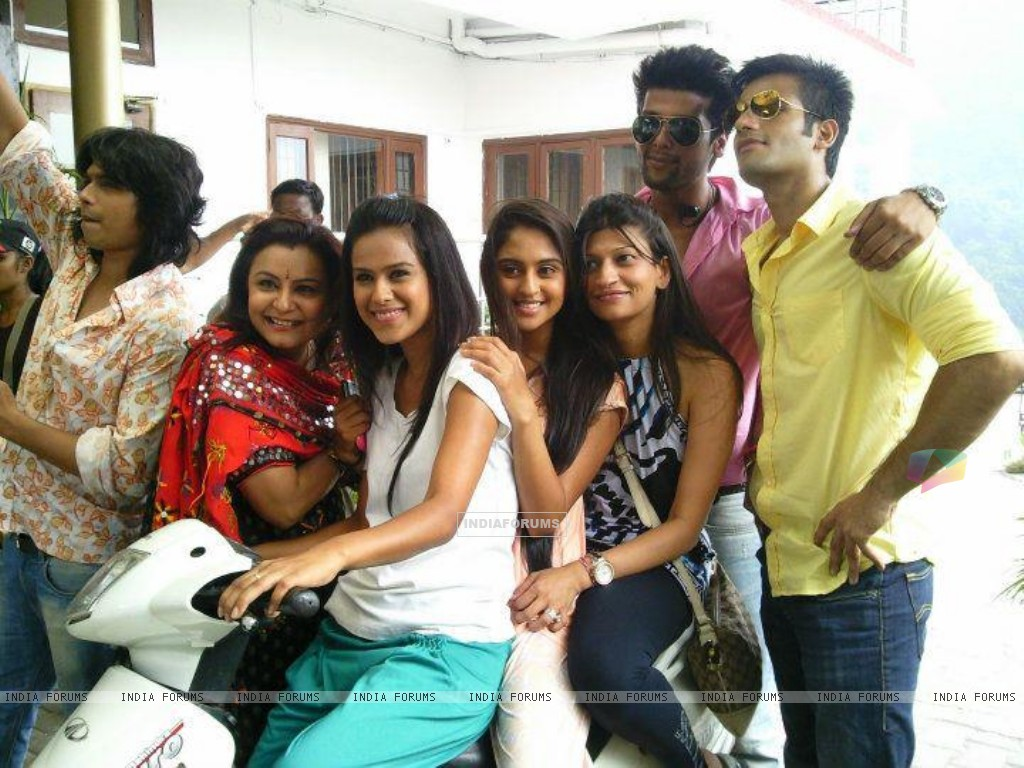 Kushal, Nia, Karan and Krystle with team (199617) size:1024x768