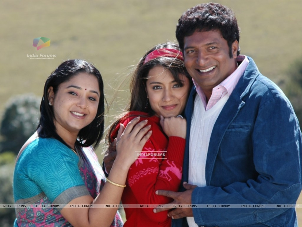 Aishwarya with Trisha and Prakash Raj during the movie Abhiyum Naanum. (200098) size:1024x768