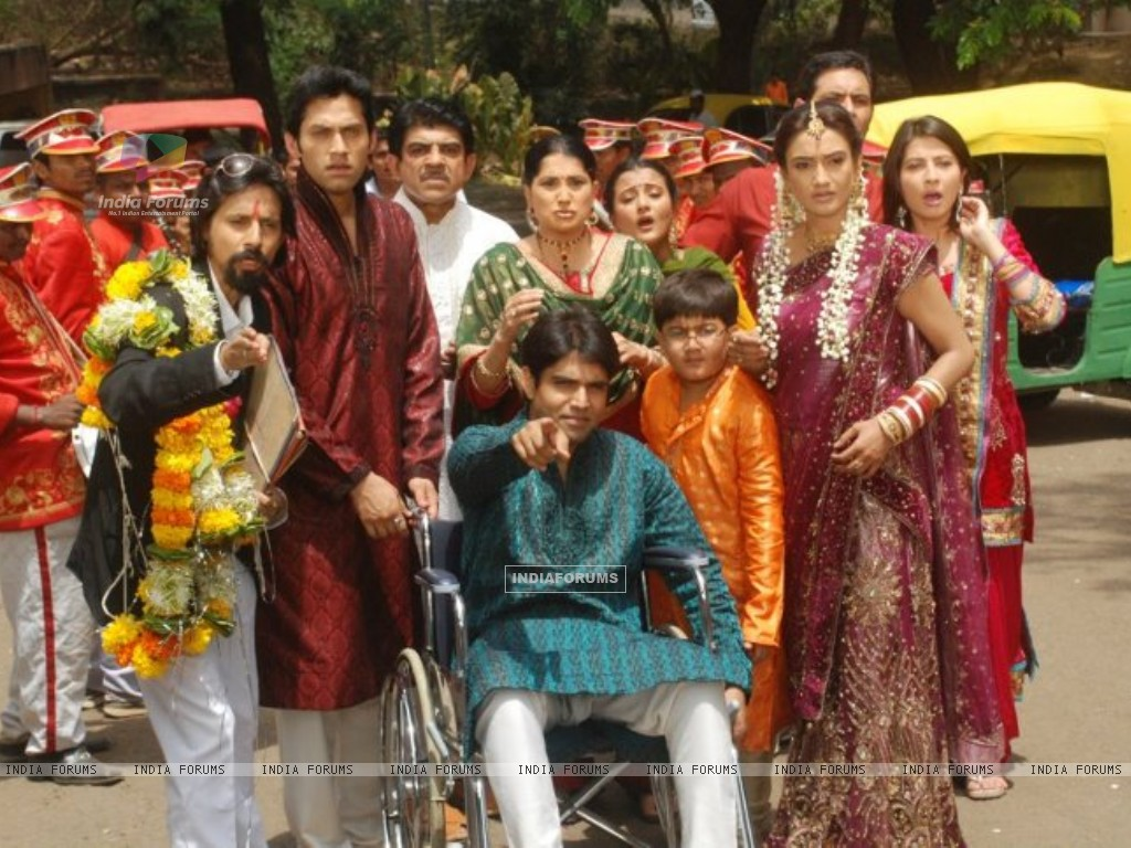Rati Pandey & Sumit Vats on Hitler didi set (200273) size:1024x768