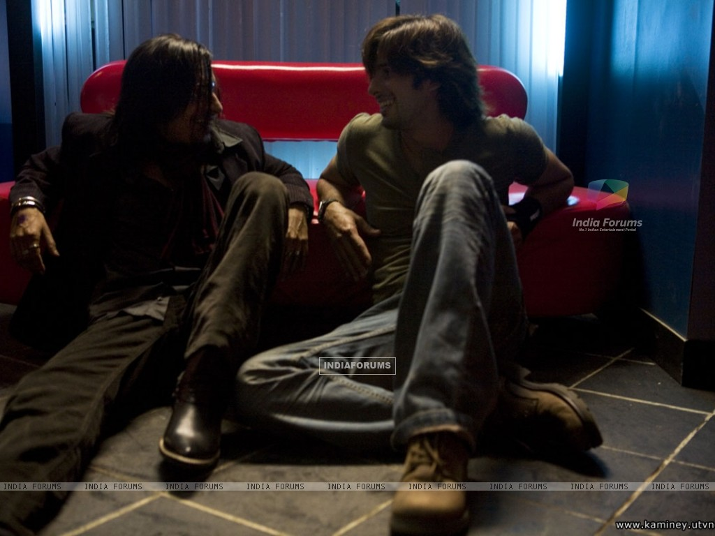 Shahid Kapoor talking to a man (20351) size:1024x768