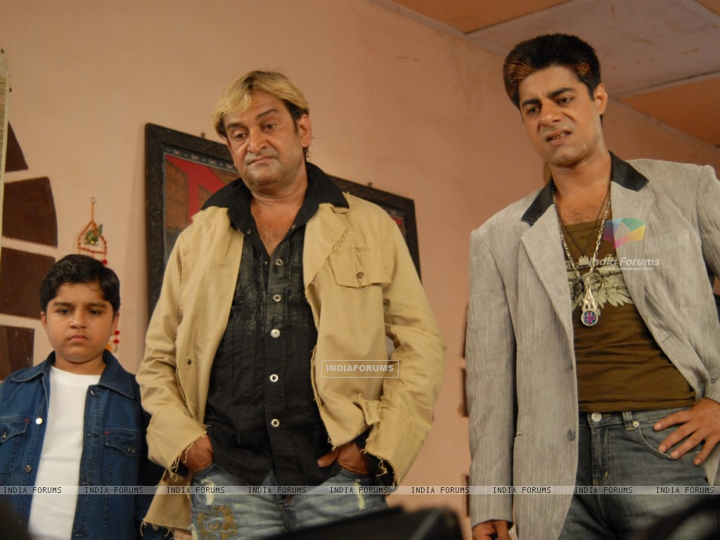 Mahesh Manjrekar and Sushant Singh in the movie Toss (20367) size:1024x768