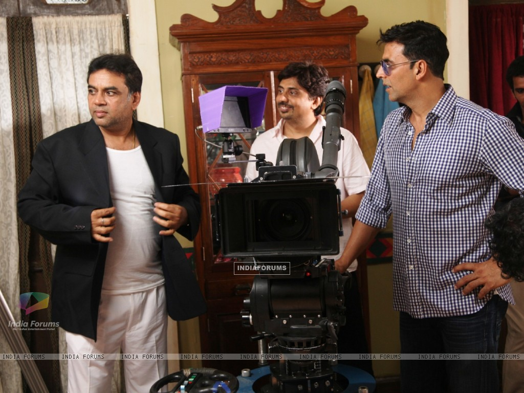 Akshay Kumar and Paresh Rawal on the sets of movie OMG! Oh My God (212084) size:1024x768
