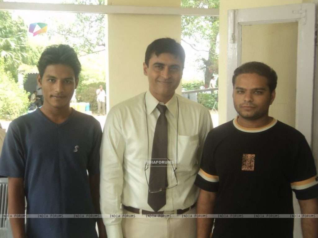 Mohnish Behl with a fans (212163) size:1024x768