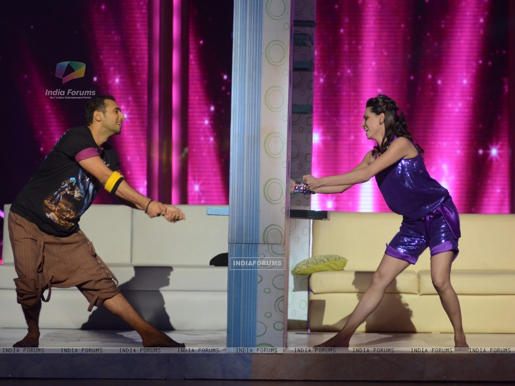 Contestant Shibani Dandekar performing with Puneet on Daaru Desi in Jhalak Dikhhla Jaa. . (213645) size:1024x768