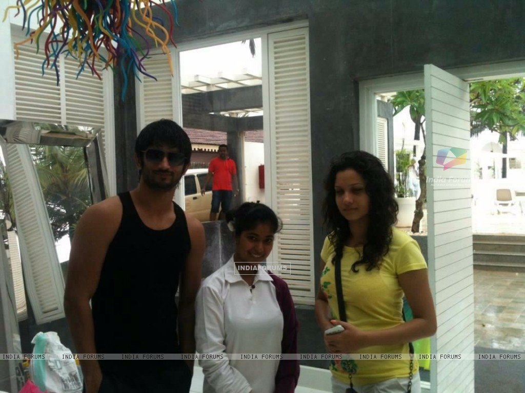 Sushant Singh Rajput, Ankita Lokhande With A Fan In Goa (214486) size:1024x768