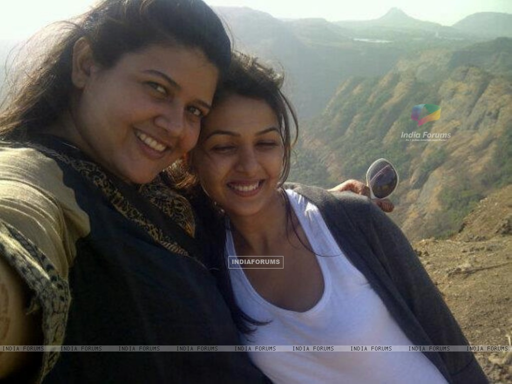 Keerti and Khushboo (215094) size:1024x768