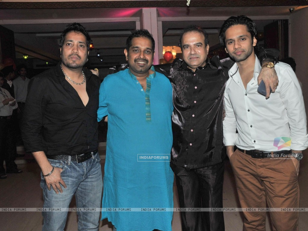 Mika Singh and Shankar Mahadevan at Suresh Wadkar's Birthday Bash (218707) size:1024x768