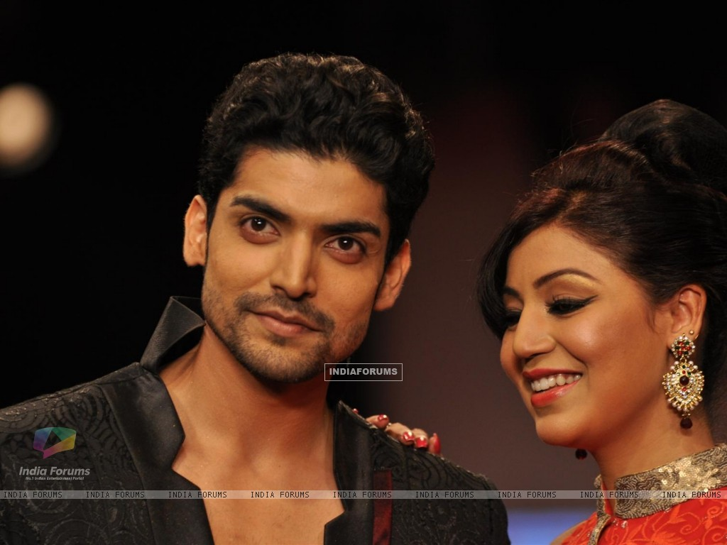 Gurmeet Choudhary and Debina Bonnerjee on ramp at the Beti show by Vikram Phadnis at IIJW 2012 (220951) size:1024x768