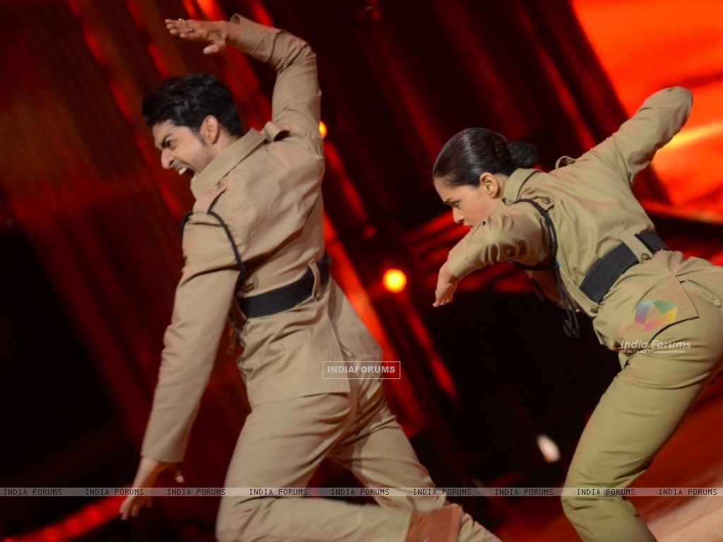 Gurmeet Choudhary and Shampa performing Desh Bakti Act on Jhalak Dikhla Jaa (221963) size:1024x768