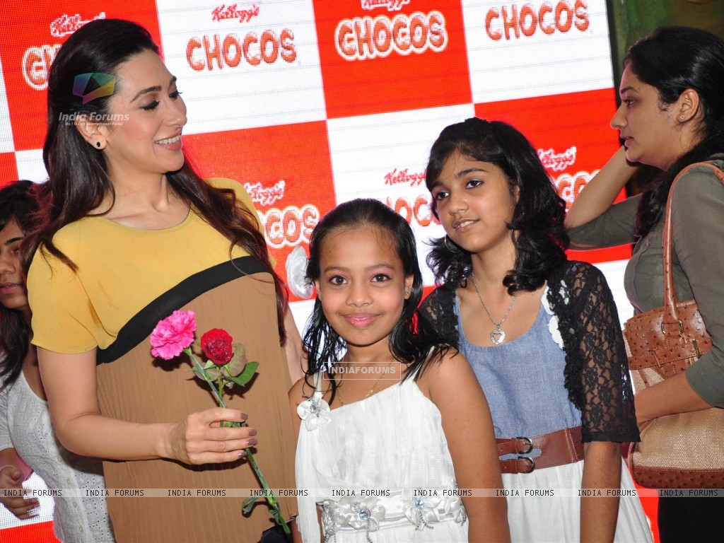 Brand ambassador of Kellogg's Chocos, Karisma Kapoor at the launch of 'Augmented Reality Game' in Oberoi Mall, Mumbai (222571) size:1024x768