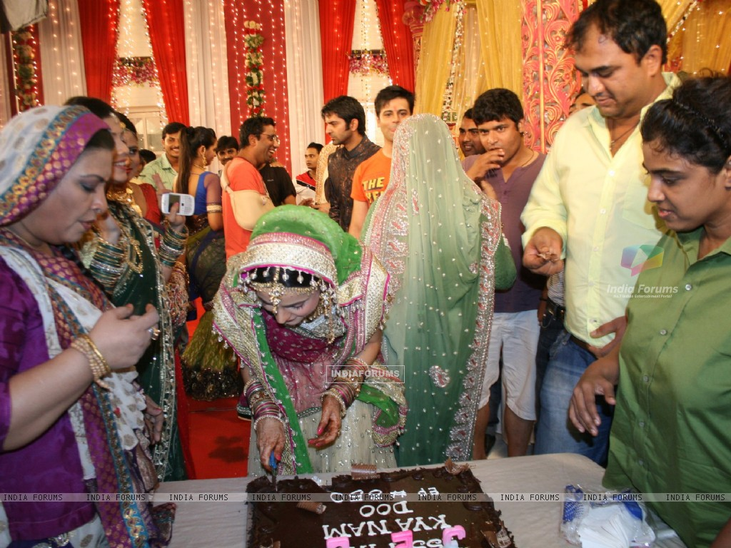Iss Pyaar Ko Kya Naam Doon cast celebrating birthday (228098) size:1024x768