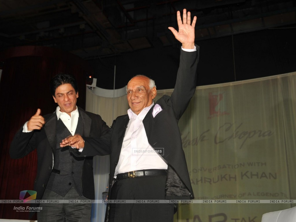 Yash Raj Chopra celebrating  his 81st birthday with Shah Rukh Khana (228301) size:1024x768