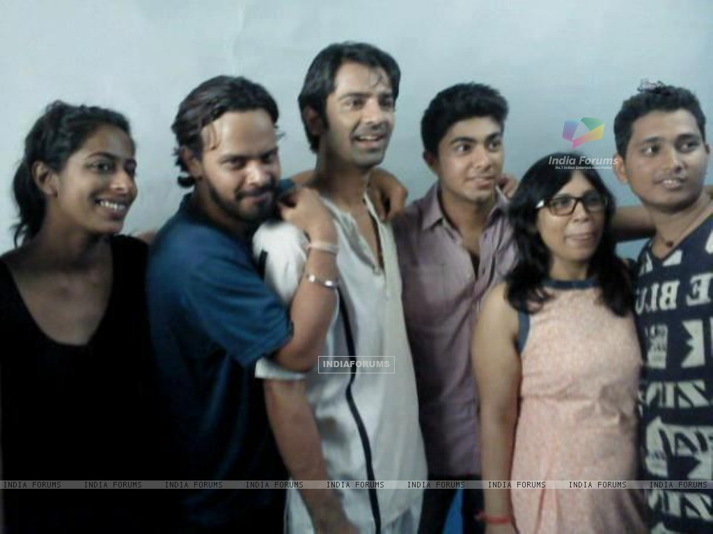 Barun Sobti with cast and crew of Main Aur Mr. Riight. (228896) size:1024x768