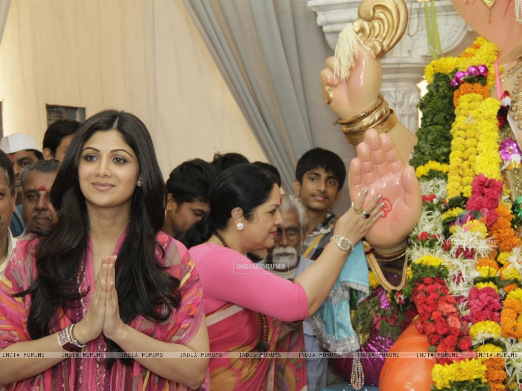 Shilpa Shetty With Parents At Andheri Ka Raja (229675) size:1024x768