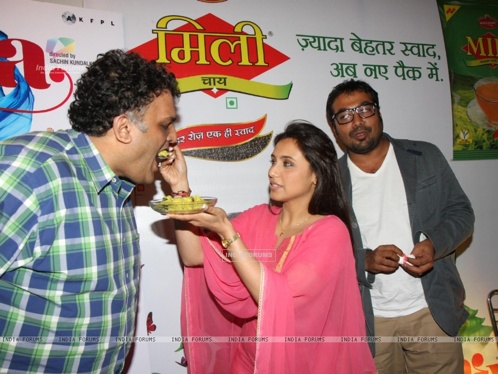Bollywood actress Rani Mukherji with Director Anurag Kashyap promoting Aiyyaa with Chaha Poha (Tea and Maharashtrian Snack Poha) at Wagh Bakri Tea Lounge in Mumbai (230476) size:1024x768