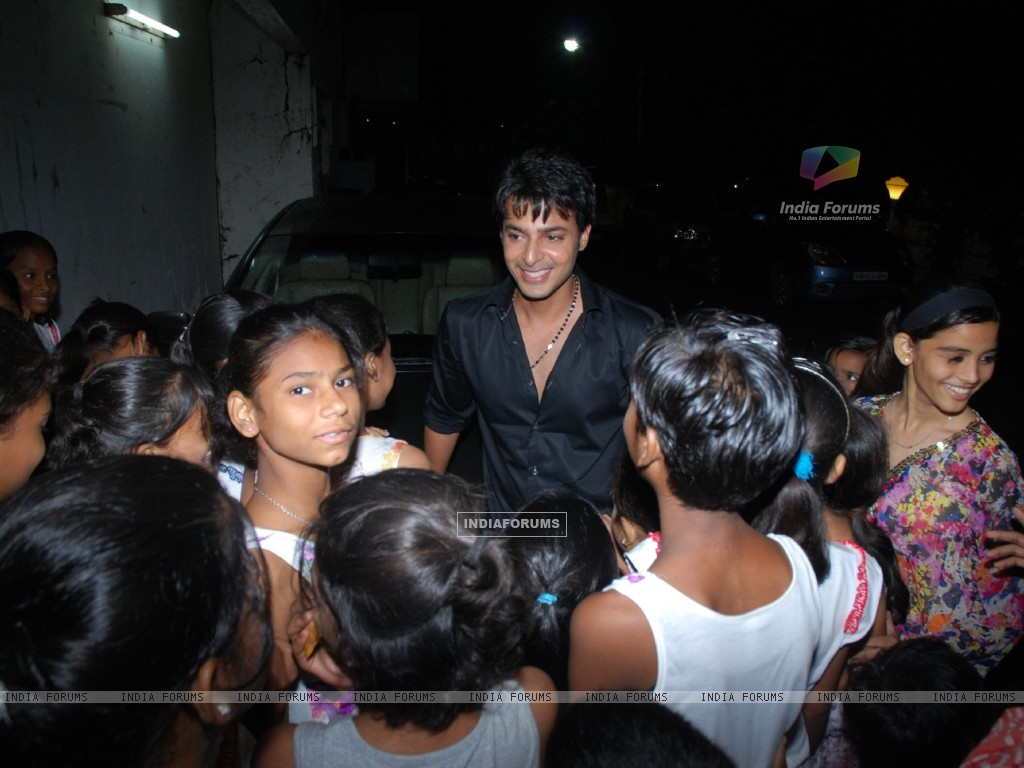 Akshay sethi mobbed by children at Musical Concert organized by actor Gautam Chaturvedi (230696) size:1024x768