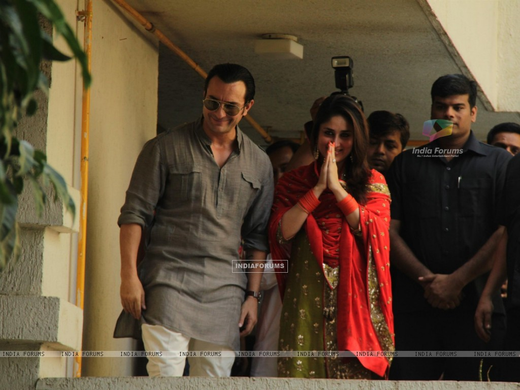 Saif Ali Khan with wife Kareena Kapoor gestures after their marriage (232789) size:1024x768