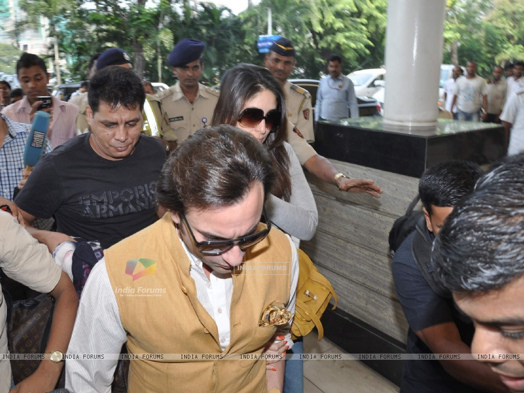 Bollywood actors Saif Ali with wife Kareena Kapoor leave for delhi (233152) size:1024x768