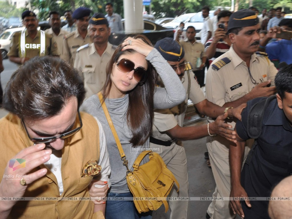 Bollywood actors Saif Ali with wife Kareena Kapoor leave for delhi (233153) size:1024x768