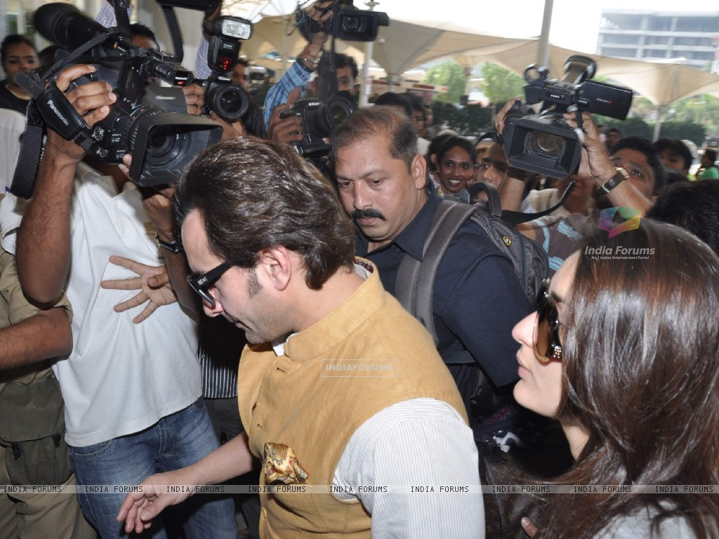 Bollywood actors Saif Ali with wife Kareena Kapoor leave for delhi (233158) size:1024x768