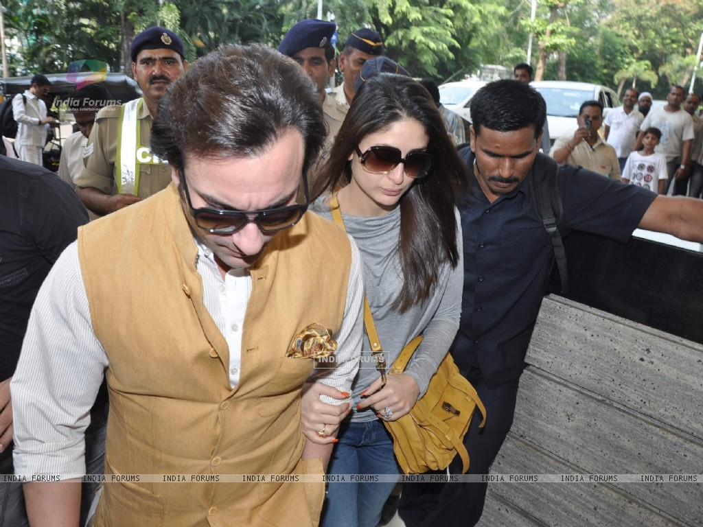 Bollywood actors Saif Ali with wife Kareena Kapoor leave for delhi (233178) size:1024x768