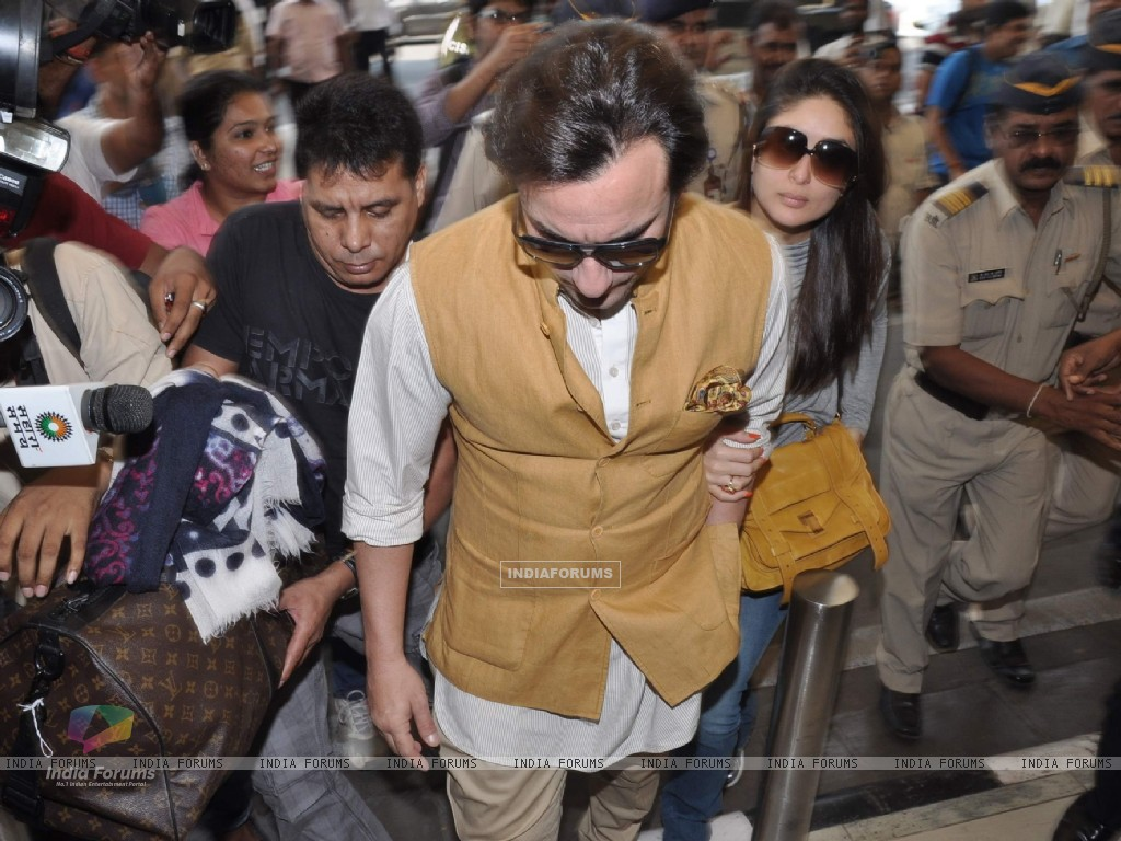 Bollywood actors Saif Ali with wife Kareena Kapoor leave for delhi (233179) size:1024x768