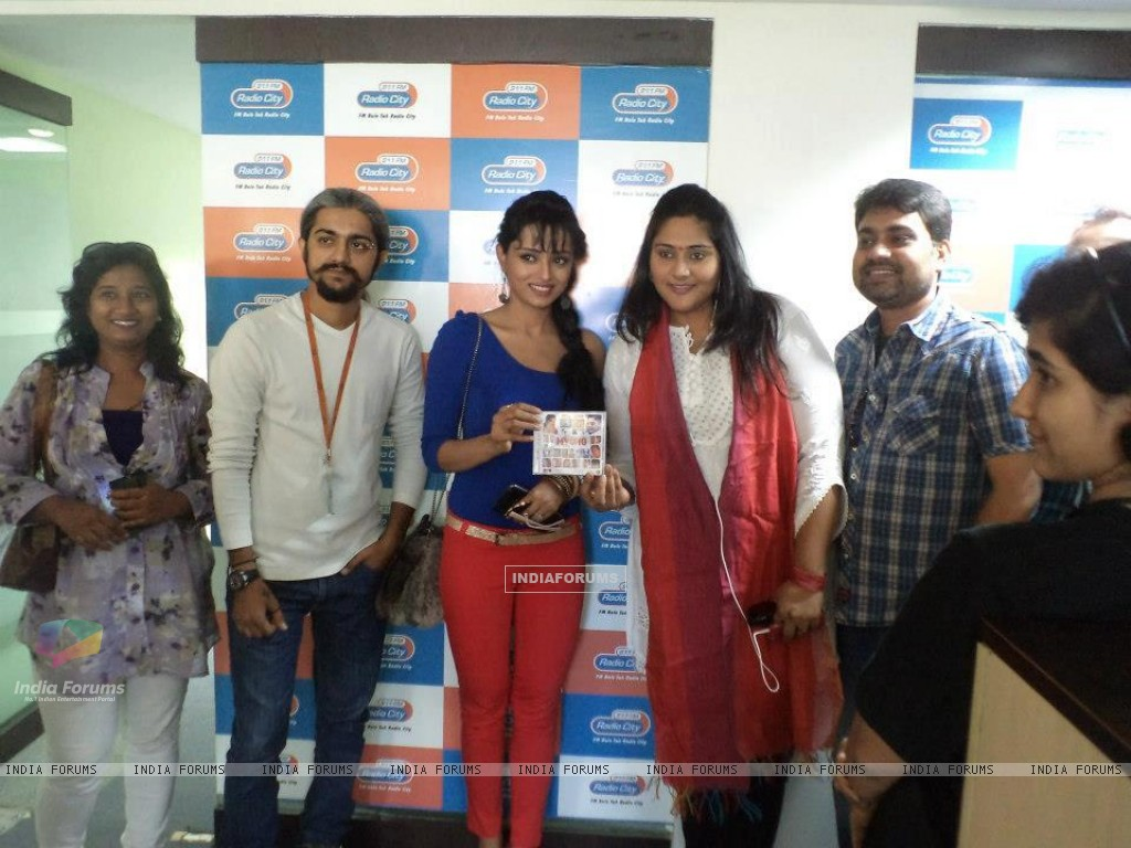 Parul promoting her movie with MYOHO team (236017) size:1024x768