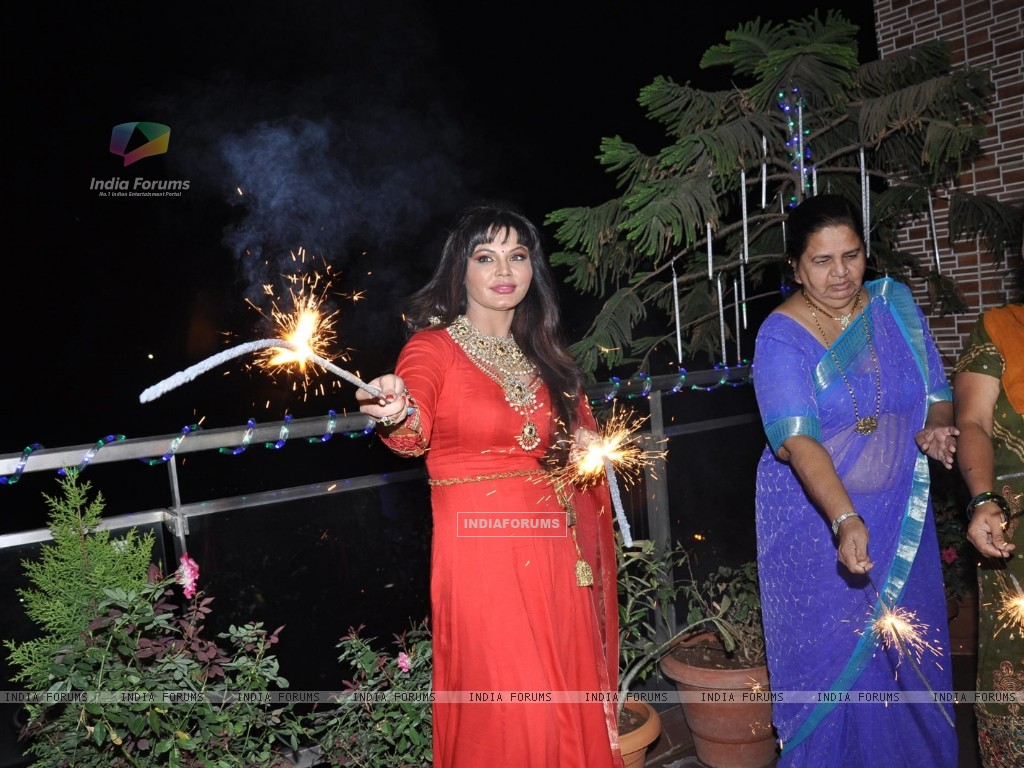 Rakhi Sawant celebrating Diwali with family in Mumbai (239042) size:1024x768