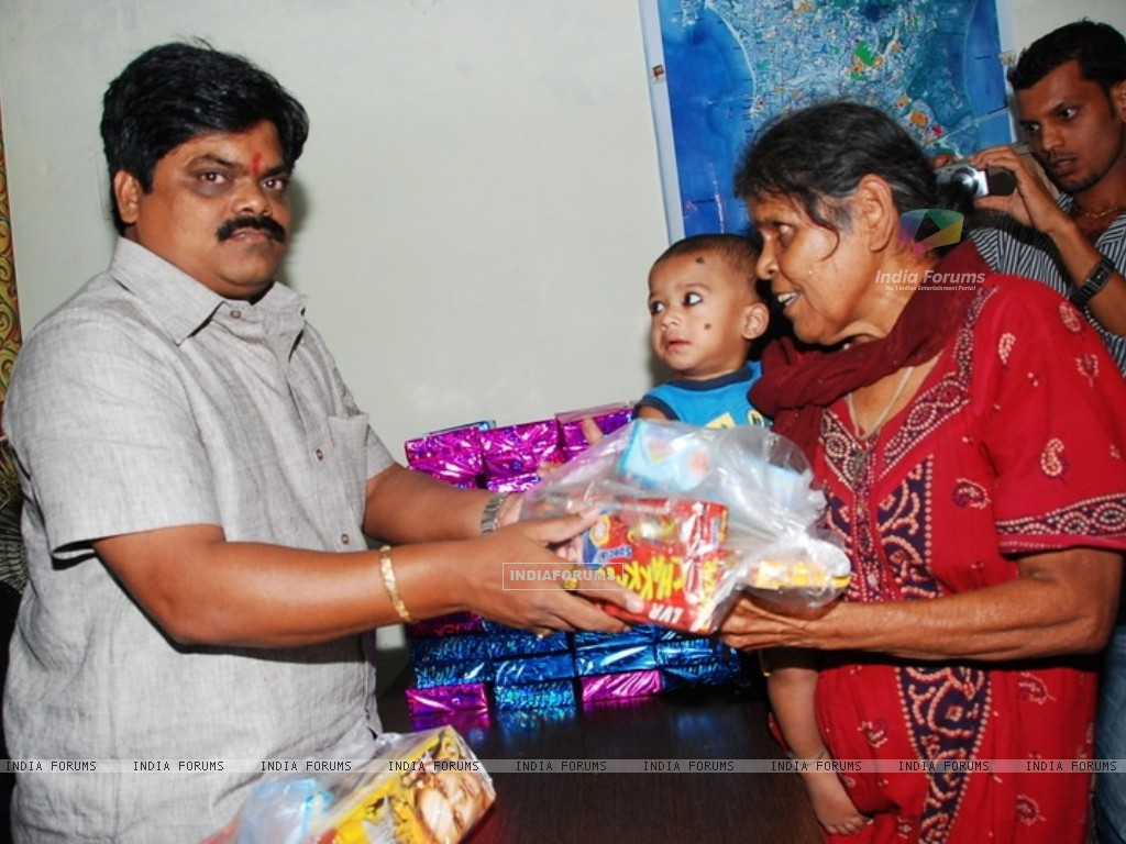 Shankar Nangre distributing Sweets and Fire Crackers to the underprivileged children (239593) size:1024x768