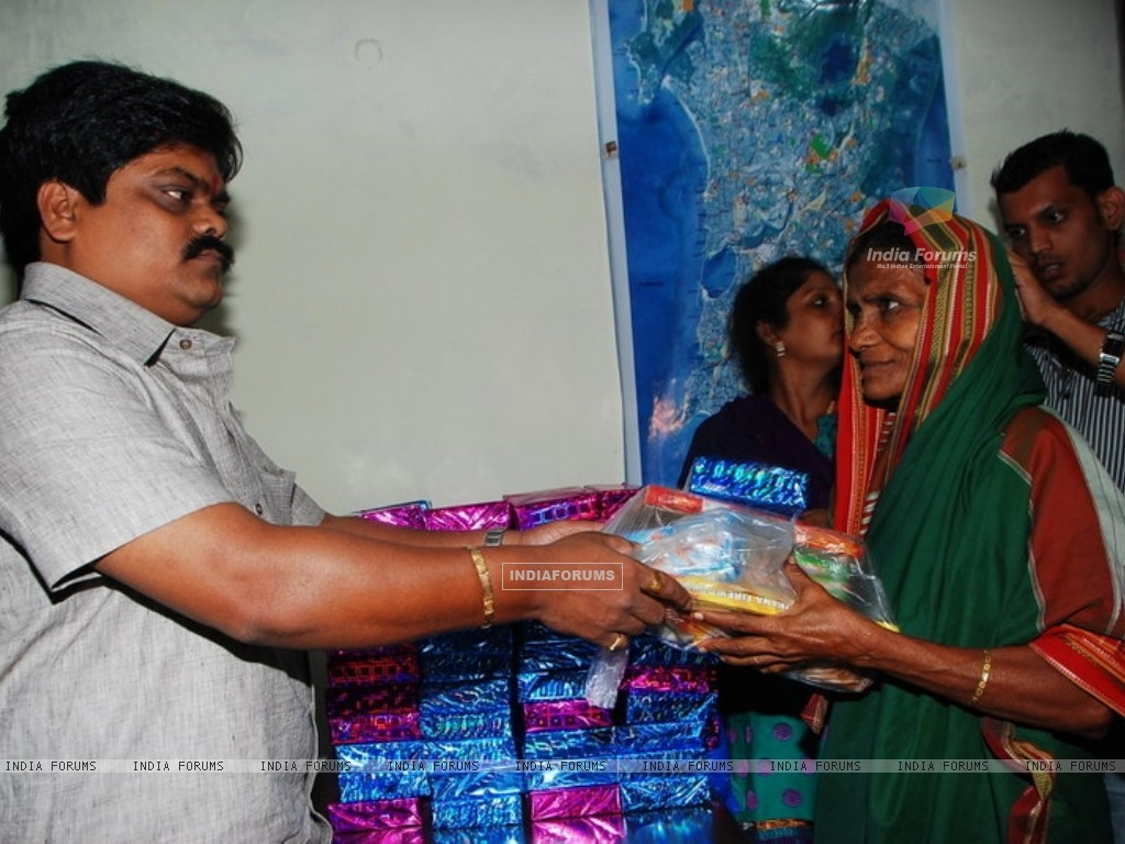 Shankar Nangre distributing Sweets and Fire Crackers to the underprivileged children (239594) size:1024x768