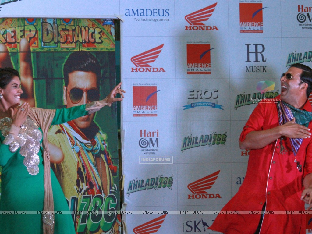 Akshay Kumar and Asin at a promotional event of  their  film ''Khiladi 786'' (243081) size:1024x768
